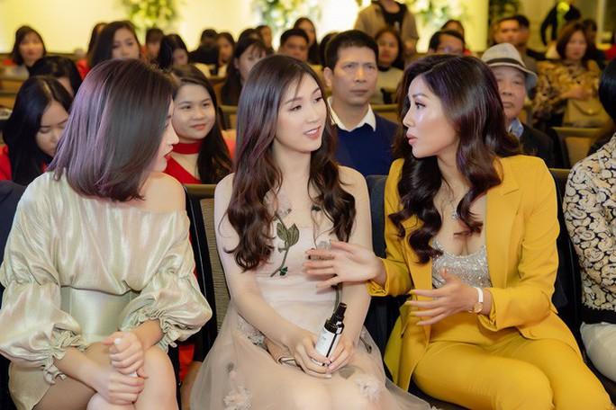 Hoa hậu Đỗ Mỹ Linh đọ sắc cùng Á hậu Nguyễn Thị Loan ngày cuối năm - Ảnh 4.