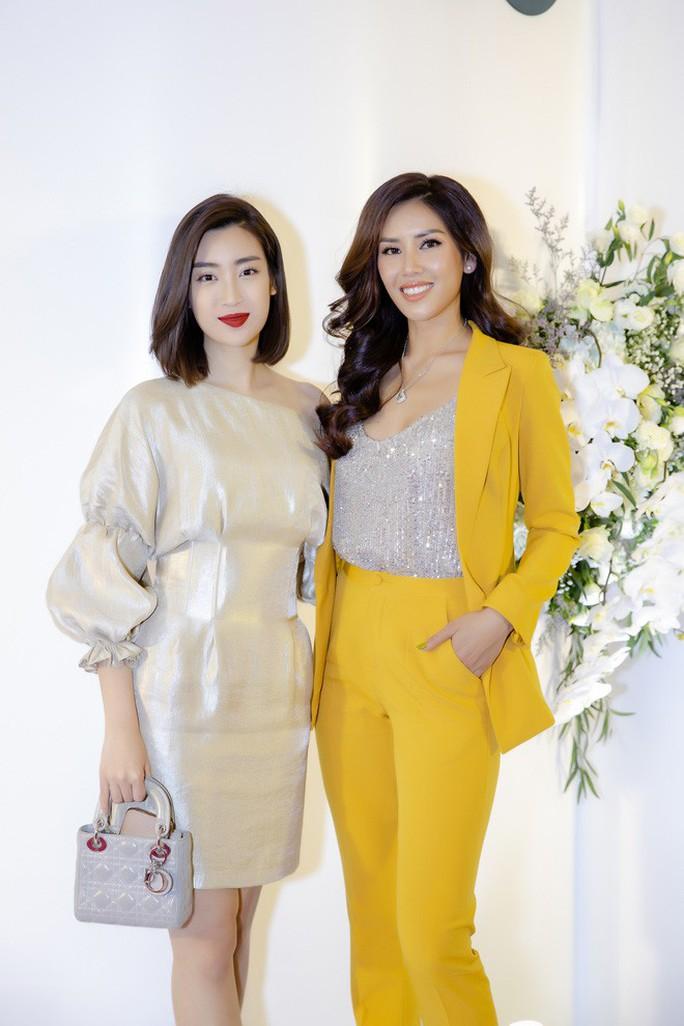 Hoa hậu Đỗ Mỹ Linh đọ sắc cùng Á hậu Nguyễn Thị Loan ngày cuối năm - Ảnh 2.