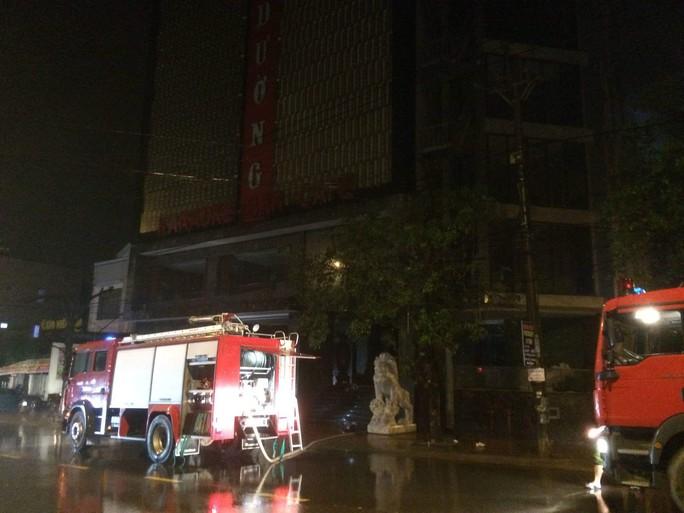 Bà hỏa ghé thăm, quán karaoke lớn nhất Quảng Trị thiệt hại nặng - Ảnh 1.