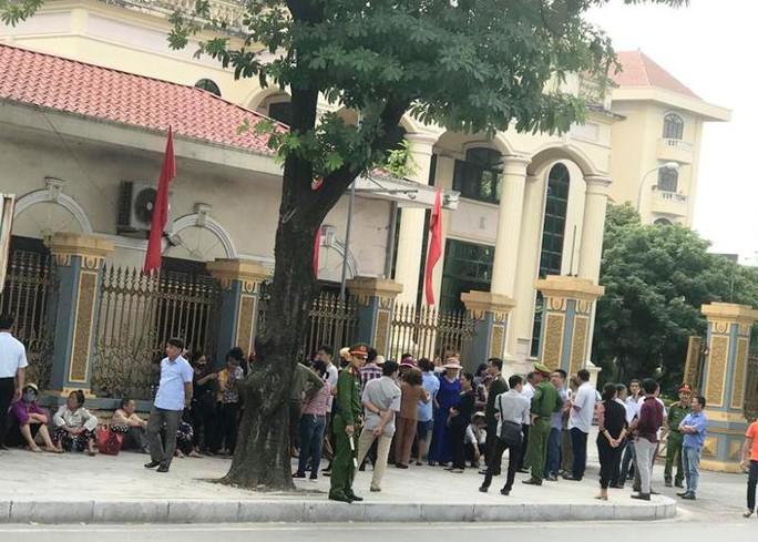 Dân tới trụ sở, mong đối thoại với chủ tịch UBND tỉnh Ninh Bình về xây đài hỏa táng - Ảnh 1.