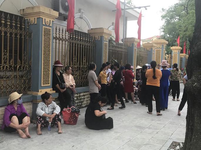 Dân tới trụ sở, mong đối thoại với chủ tịch UBND tỉnh Ninh Bình về xây đài hỏa táng - Ảnh 2.