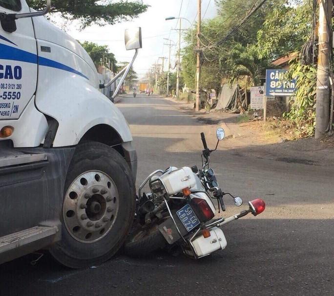 Bị xử phạt, tài xế nhấn ga xe container húc bẹp mô tô CSGT - Ảnh 1.