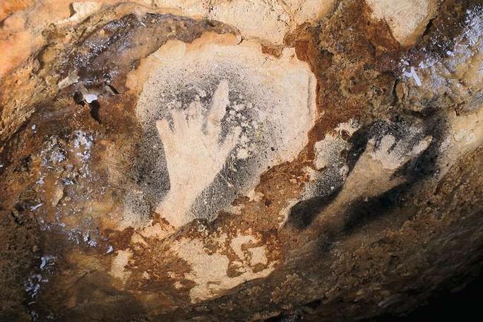 Bí ẩn bàn tay mất ngón ma quái trên vách hang động - Ảnh 2.