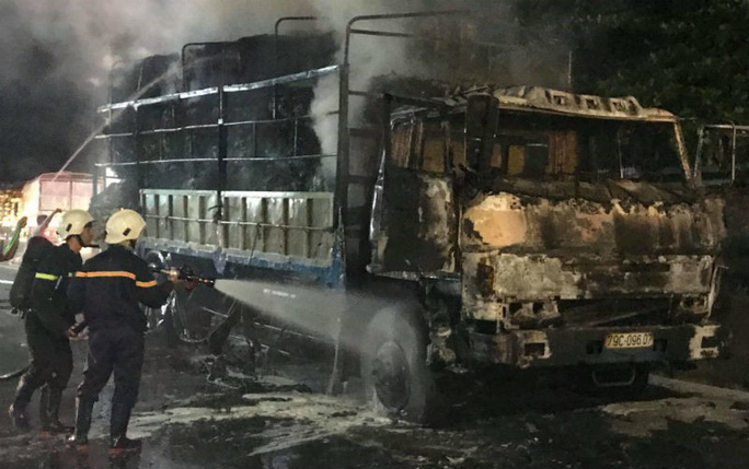 Xe tải bất ngờ bốc cháy dữ dội trên Quốc lộ 1 - Ảnh 2.