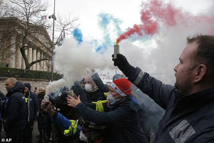 Chính phủ Pháp sớm nhượng bộ người biểu tình - Ảnh 3.