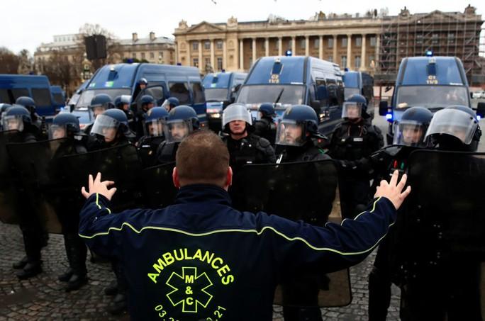 Chính phủ Pháp sớm nhượng bộ người biểu tình - Ảnh 4.