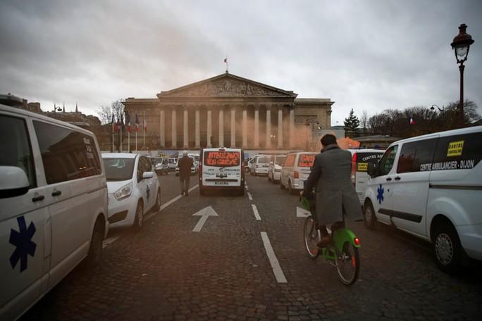 Chính phủ Pháp sớm nhượng bộ người biểu tình - Ảnh 5.