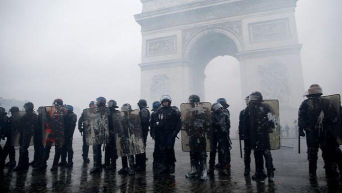 Chính phủ Pháp sớm nhượng bộ người biểu tình - Ảnh 8.