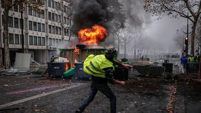 Chính phủ Pháp sớm nhượng bộ người biểu tình - Ảnh 9.