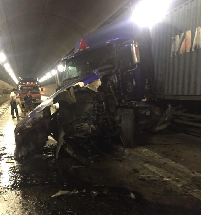 Quốc lộ 1 qua hầm Hải Vân tê liệt nhiều giờ sau tai nạn  - Ảnh 1.