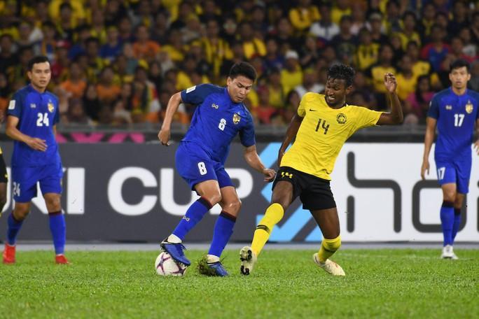 Clip: Vua phá lưới đá 11 m lên trời, Thái Lan mất vé chung kết cho Malaysia - Ảnh 3.