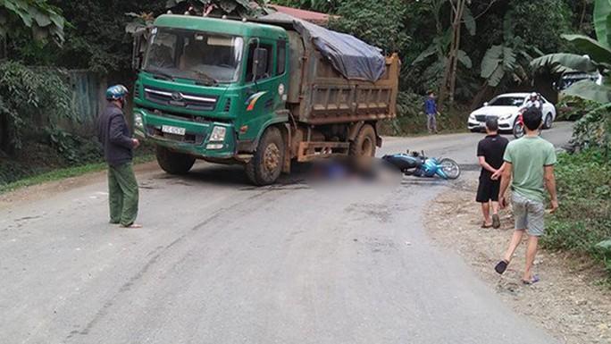 Vợ tử vong tại chỗ, chồng bị thương trên đường đi ăn cỗ về - Ảnh 1.
