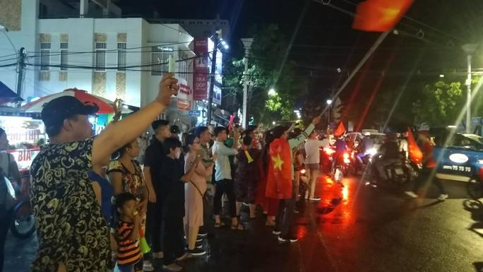 Người dân cả nước xuống đường mừng Việt Nam vào chung kết - Ảnh 17.