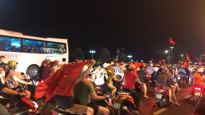 Người dân cả nước xuống đường mừng Việt Nam vào chung kết - Ảnh 13.