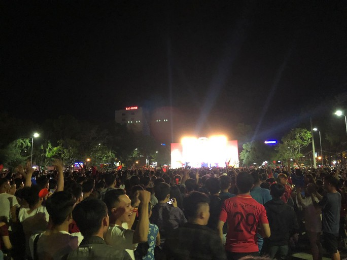 Người dân cả nước xuống đường mừng Việt Nam vào chung kết - Ảnh 16.