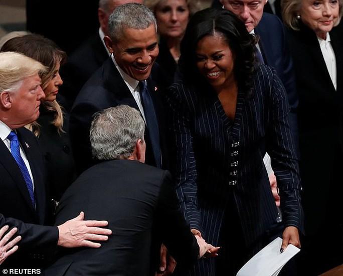 Bận tang lễ cha, ông Bush vẫn nhớ chuyền  kẹo cho bà Obama - Ảnh 1.