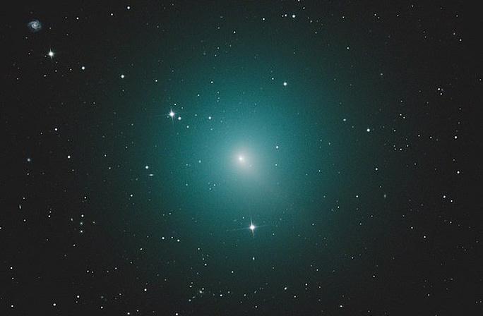 Sao chổi xanh sáng nhất bầu trời lao về phía trái đất - Ảnh 1.