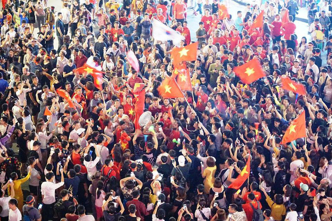 Những hình ảnh tuyệt vời ở trái tim hồ Gươm mừng chiến thắng của tuyển Việt Nam - Ảnh 8.