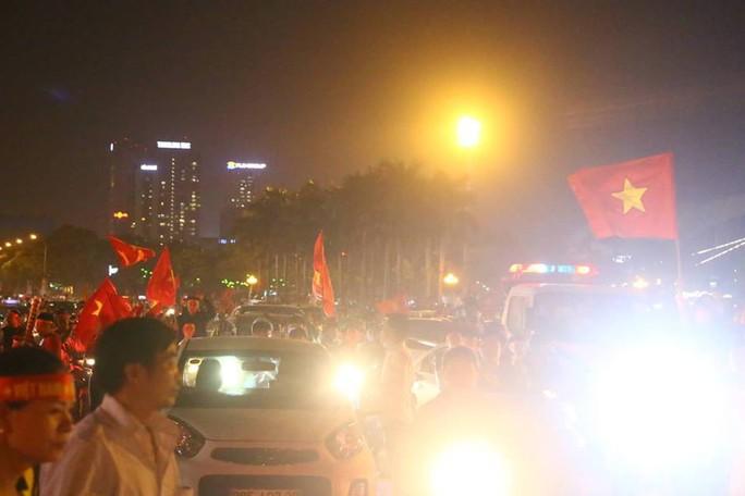 Người dân cả nước xuống đường mừng Việt Nam vào chung kết - Ảnh 4.