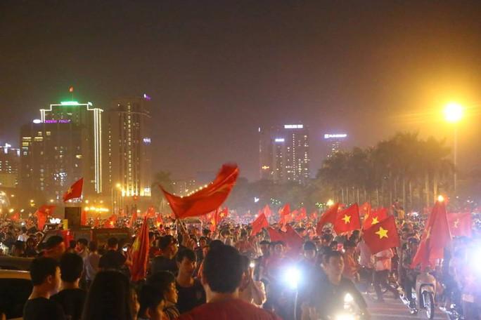 Người dân cả nước xuống đường mừng Việt Nam vào chung kết - Ảnh 5.