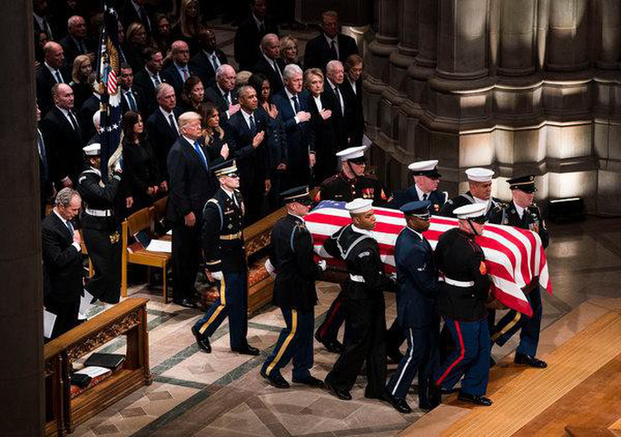 Bận tang lễ cha, ông Bush vẫn nhớ chuyền  kẹo cho bà Obama - Ảnh 4.