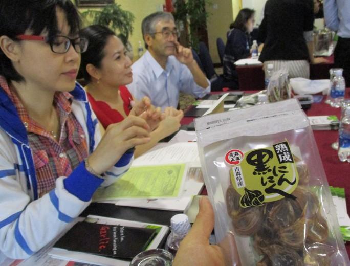 Nhật mang táo, thịt bò, tỏi đen giá cao ngất ngưởng đến Việt Nam - Ảnh 2.
