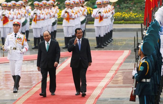 Cận cảnh Thủ tướng Nguyễn Xuân Phúc đón Thủ tướng Hun Sen - Ảnh 3.