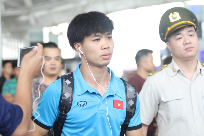 Công Phượng, Quang Hải hút fan khi tuyển Việt Nam bay sang Malaysia  - Ảnh 1.