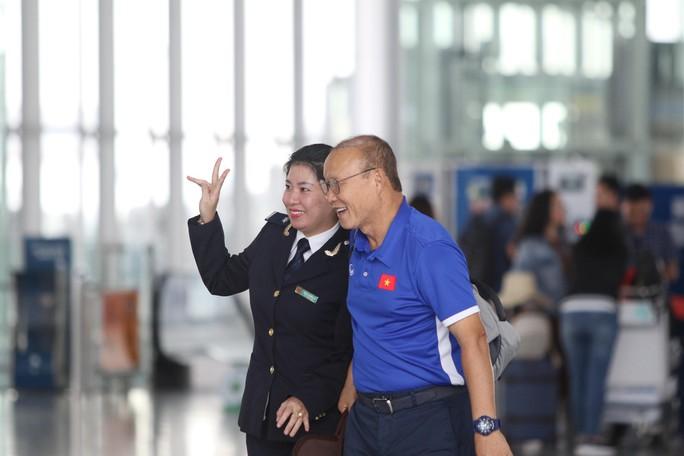 Công Phượng, Quang Hải hút fan khi tuyển Việt Nam bay sang Malaysia  - Ảnh 2.