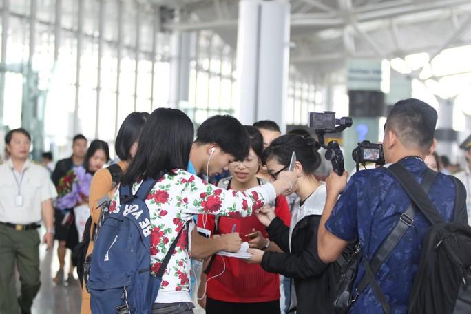 Công Phượng, Quang Hải hút fan khi tuyển Việt Nam bay sang Malaysia  - Ảnh 3.
