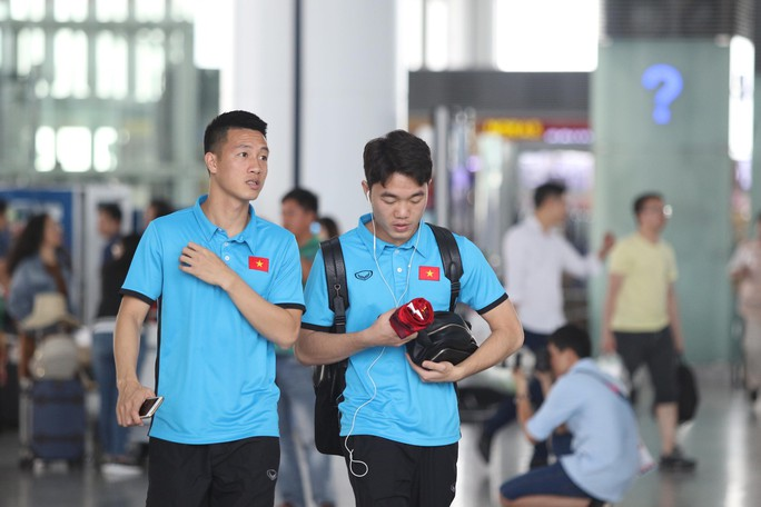 Công Phượng, Quang Hải hút fan khi tuyển Việt Nam bay sang Malaysia  - Ảnh 4.