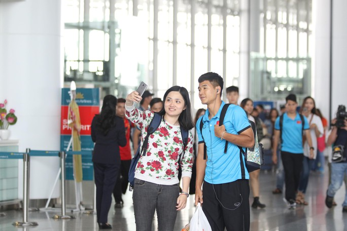 Công Phượng, Quang Hải hút fan khi tuyển Việt Nam bay sang Malaysia  - Ảnh 5.