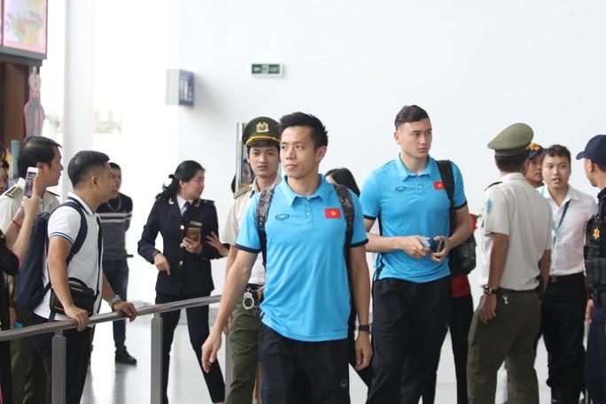 Công Phượng, Quang Hải hút fan khi tuyển Việt Nam bay sang Malaysia  - Ảnh 6.