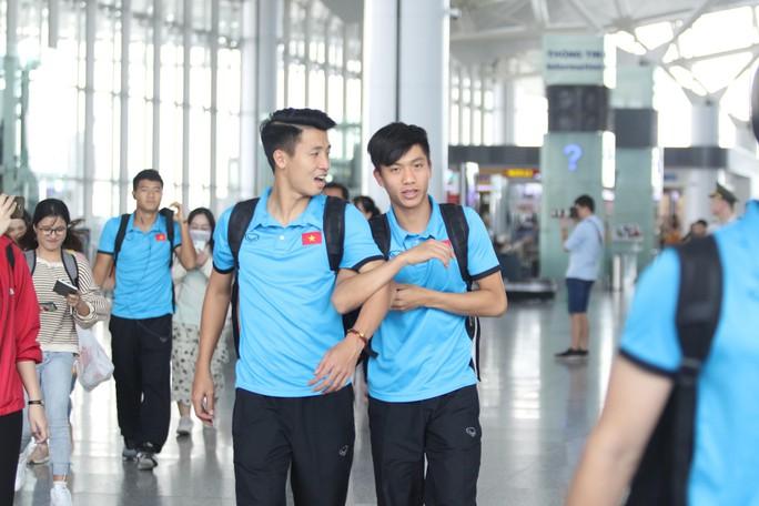 Công Phượng, Quang Hải hút fan khi tuyển Việt Nam bay sang Malaysia  - Ảnh 8.