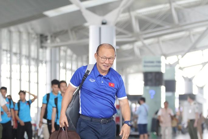 Công Phượng, Quang Hải hút fan khi tuyển Việt Nam bay sang Malaysia  - Ảnh 9.