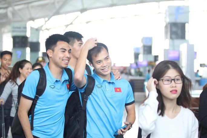 Công Phượng, Quang Hải hút fan khi tuyển Việt Nam bay sang Malaysia  - Ảnh 10.