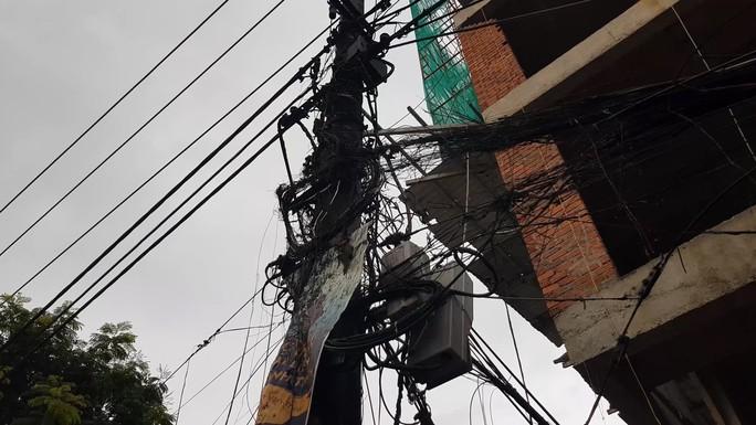Nghi vấn thi công công trình gây cháy nổ hệ thống điện,  mất điện cả khu vực - Ảnh 1.