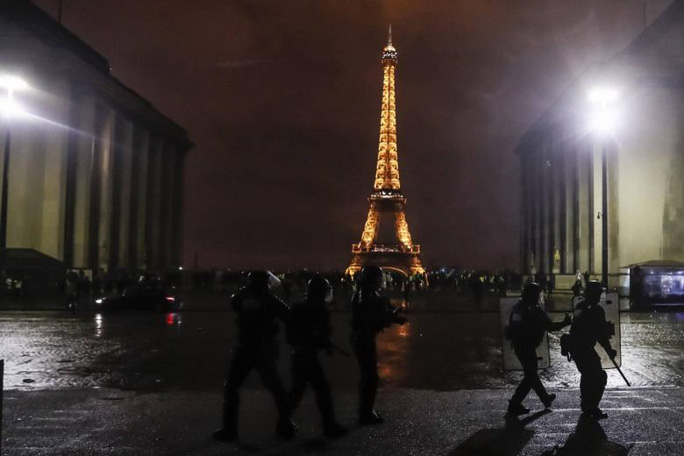 Lo biểu tình bạo lực, Pháp đóng cửa nhiều điểm du lịch cuối tuần - Ảnh 2.