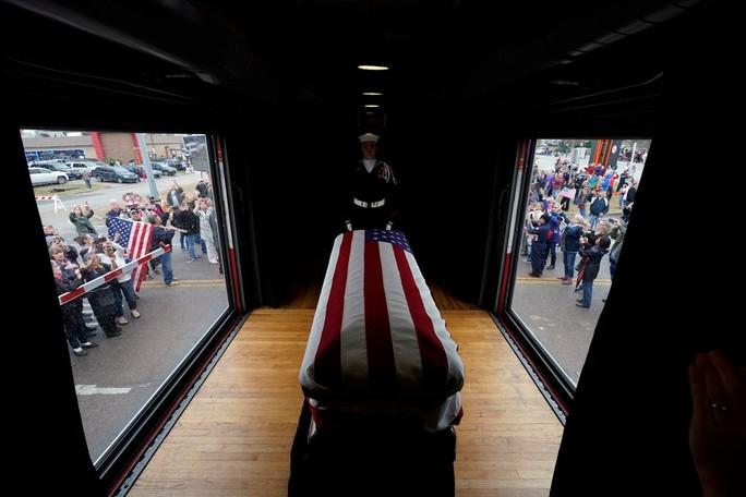 """Chuyến tàu đặc biệt đưa ông Bush """"cha"""" về nơi an nghỉ - Ảnh 2."""