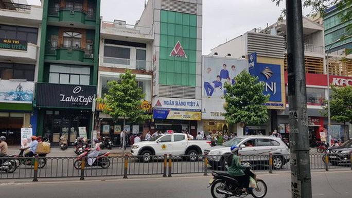 Dùng súng cướp ngân hàng táo tợn ở quận Bình Thạnh - Ảnh 1.