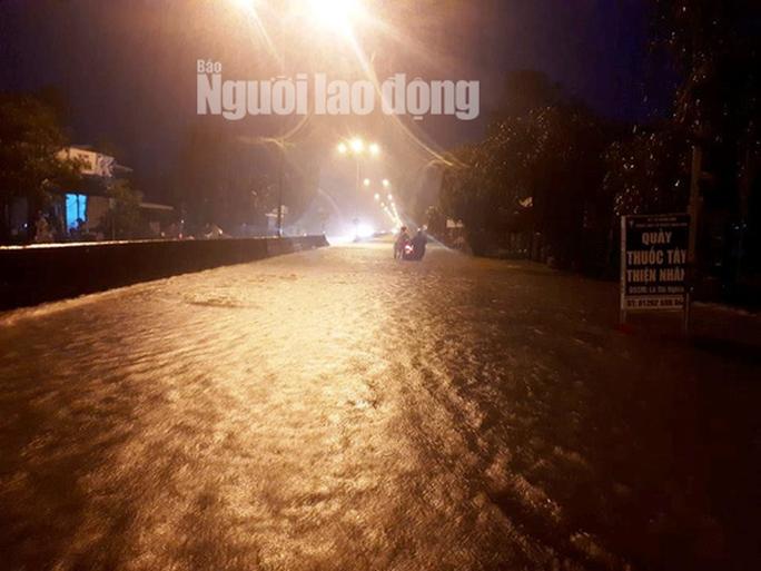 Mưa không ngừng nghỉ, Quốc lộ 1 qua Quảng Nam gần như tê liệt - Ảnh 4.
