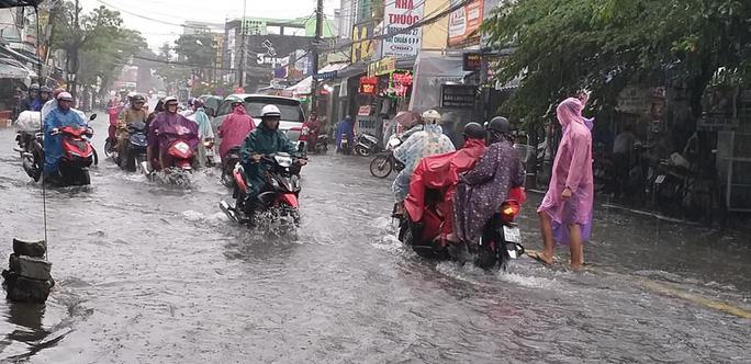 Đường phố Đà Nẵng biến thành sông sau trận mưa lớn kéo dài nhiều giờ - Ảnh 2.