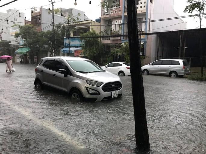 Đường phố Đà Nẵng biến thành sông sau trận mưa lớn kéo dài nhiều giờ - Ảnh 10.