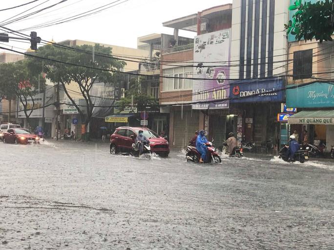 Đường phố Đà Nẵng biến thành sông sau trận mưa lớn kéo dài nhiều giờ - Ảnh 12.
