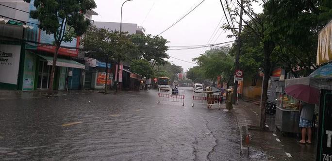 Đường phố Đà Nẵng biến thành sông sau trận mưa lớn kéo dài nhiều giờ - Ảnh 6.