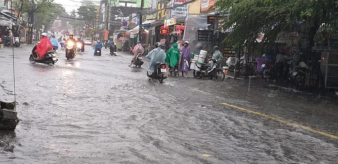 Đường phố Đà Nẵng biến thành sông sau trận mưa lớn kéo dài nhiều giờ - Ảnh 3.