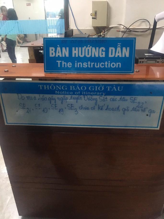 Quốc lộ, đường sắt qua Đà Nẵng bị tê liệt do ngập nặng - Ảnh 2.