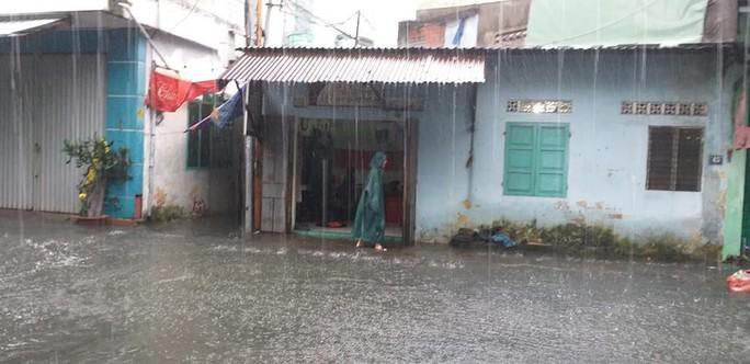 Đường phố Đà Nẵng biến thành sông sau trận mưa lớn kéo dài nhiều giờ - Ảnh 5.