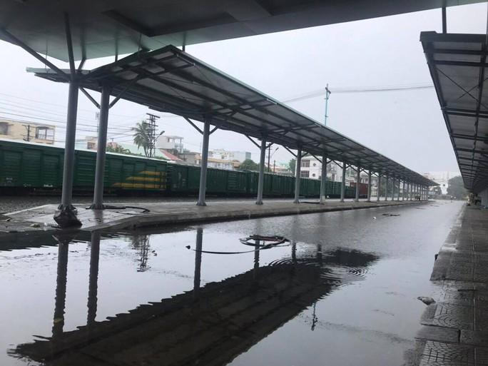 Quốc lộ, đường sắt qua Đà Nẵng bị tê liệt do ngập nặng - Ảnh 1.