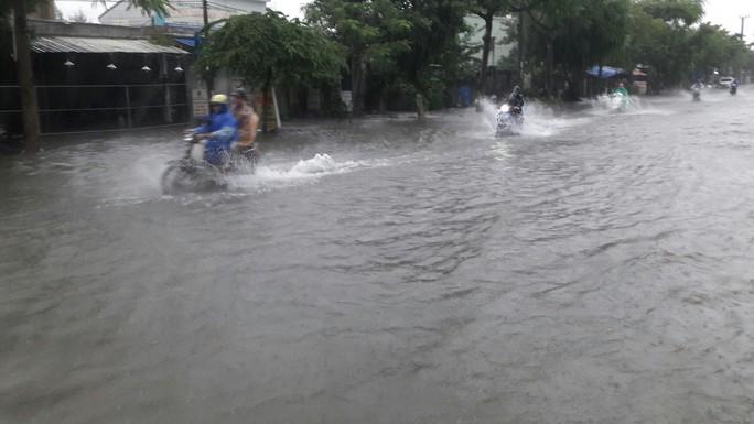 Đường phố Đà Nẵng biến thành sông sau trận mưa lớn kéo dài nhiều giờ - Ảnh 19.